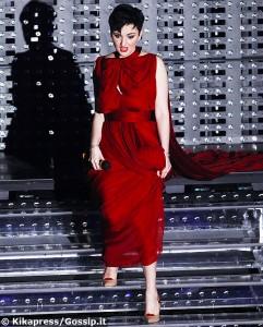 arisa vestito rosso